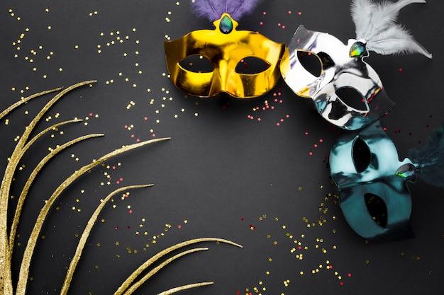 Kolorowe karnawałowe maski z brokatem