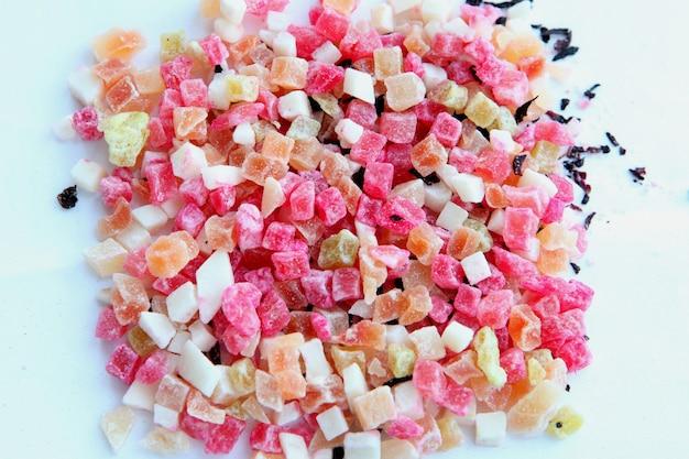 Kolorowe kawałki herbaty owocowej w kostkach herbata z suszonych owoców zawiera plasterki jabłka ananasa i papai