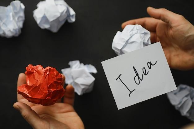 Kolorowe kawałki papieru. pojęcie kreatywności i tworzenie pomysłów. kreatywne myslenie. latający papier.