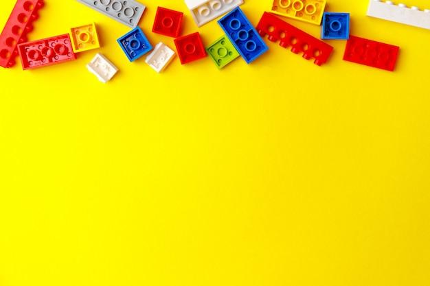 Kolorowe klocki konstrukcyjne dla dzieci. zajęcia przedszkolne z małymi dziećmi.