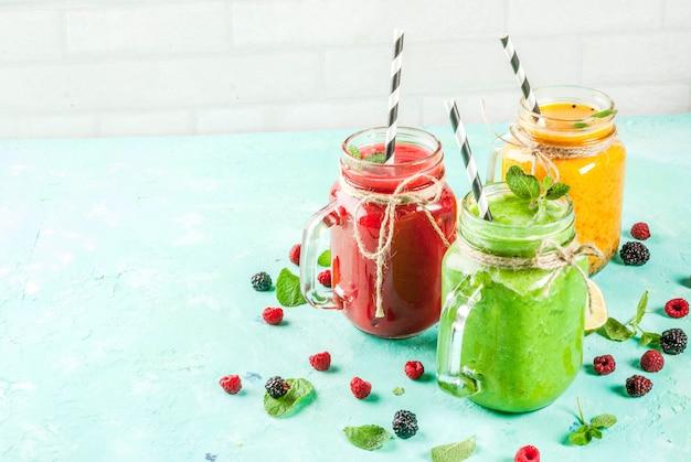 Kolorowe koktajle owocowe i wegetariańskie