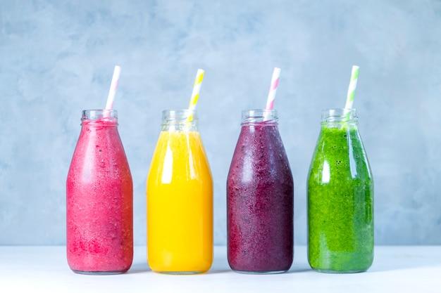 Kolorowe koktajle w szklanych butelkach letnie koktajle owocowe w słoikach zdrowa koncepcja żywności detox