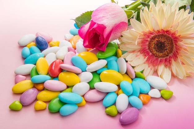 Kolorowe konfetti na różowym tle