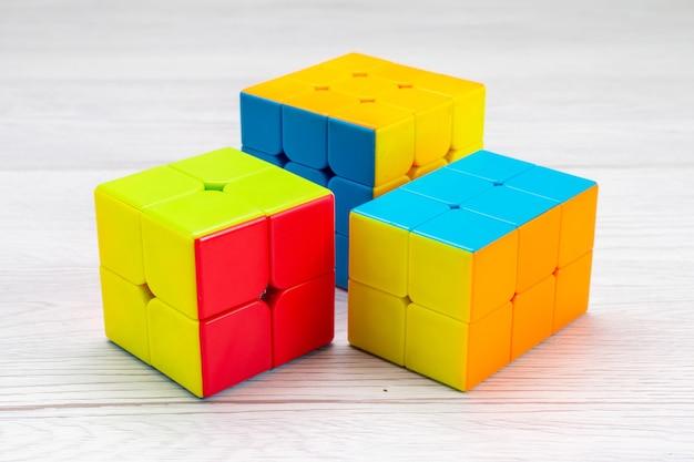 Kolorowe konstrukcje zabawkowe zaprojektowane na lekkim biurku, plastikowa zabawka