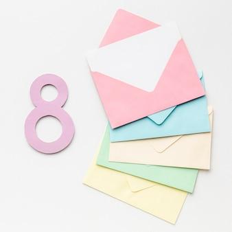Kolorowe koperty na białym tle