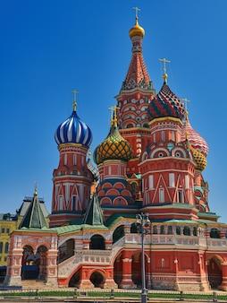 Kolorowe kopuły katedry św bazylego na wiosenny słoneczny dzień z błękitnym niebem. plac czerwony w moskwie, stolicy rosji. turystyczne miejsca moskwy w lecie podróży do rosji.