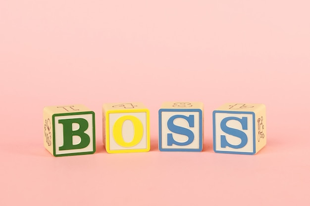 Kolorowe kostki z literami szef na różu