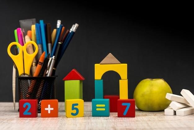 Kolorowe kostki z różnymi cyframi z bliska. koncepcja edukacji