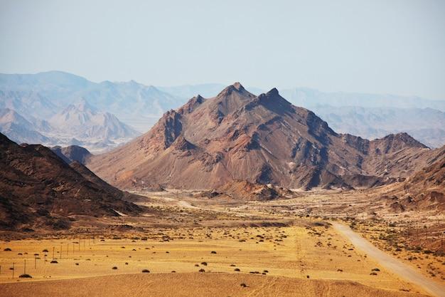 Kolorowe krajobrazy pomarańczowych skał w górach w namibii w słoneczny, upalny dzień.