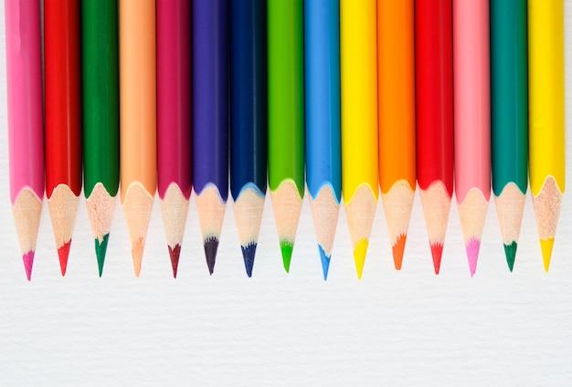 Kolorowe kredki biały koncepcja kreatywności