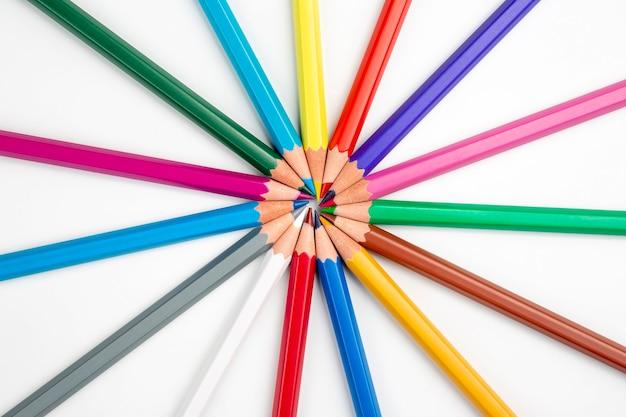 Kolorowe kredki do rysowania. edukacja i kreatywność. wypoczynek i sztuka