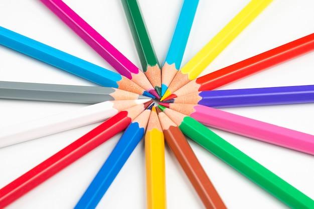 Kolorowe kredki do rysowania na białym tle. edukacja i kreatywność. wypoczynek i sztuka