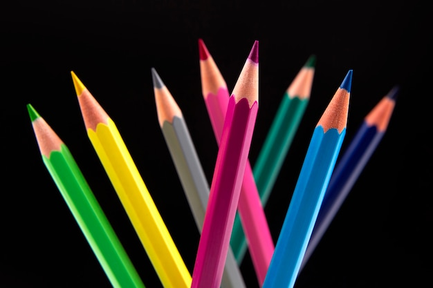 Kolorowe kredki do rysowania na ciemnym tle.