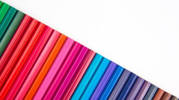 Kolorowe kredki do rysowania. tekstura i tło. edukacja i kreatywność. wypoczynek i sztuka