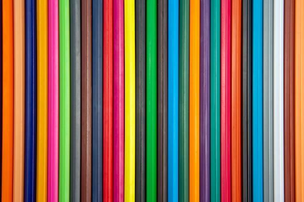 Kolorowe kredki i długopis do rysowania. tekstura i tło. edukacja i kreatywność. wypoczynek i sztuka