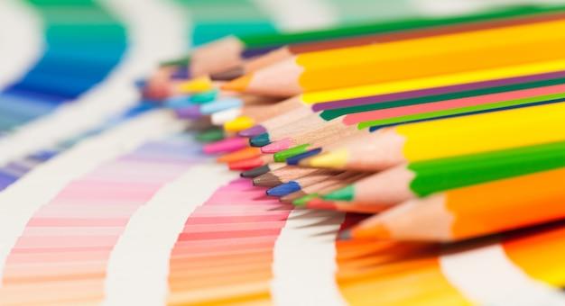 Kolorowe kredki i karta kolorów wszystkich kolorów