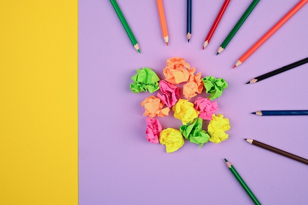 Kolorowe kredki i kolorowe kulki papierowe