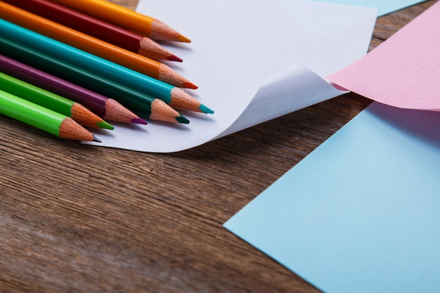 Kolorowe kredki i naklejki z notatkami