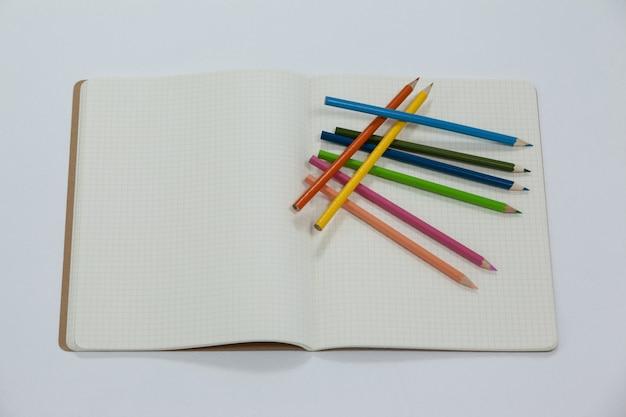 Kolorowe kredki i notes