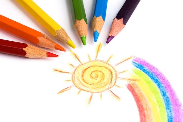 Kolorowe kredki i rysunek dziecka.