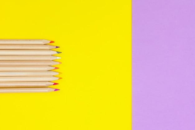 Kolorowe kredki i temperówka kopia przestrzeń, wysoki widok