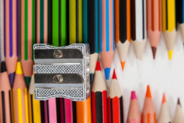 Kolorowe kredki i temperówka