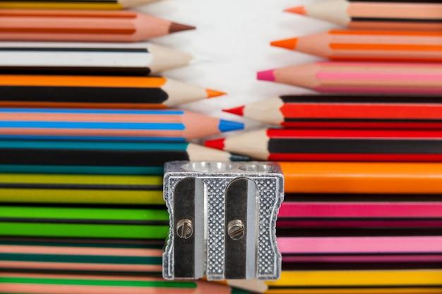 Kolorowe Kredki I Temperówka Premium Zdjęcia