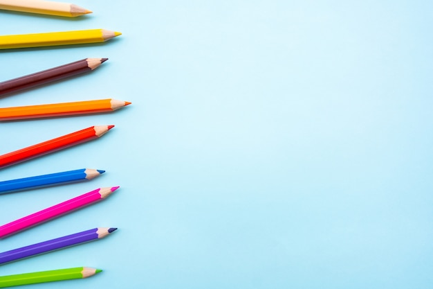 Kolorowe kredki lub kolorowy ołówek ustawiony w tle zakresu