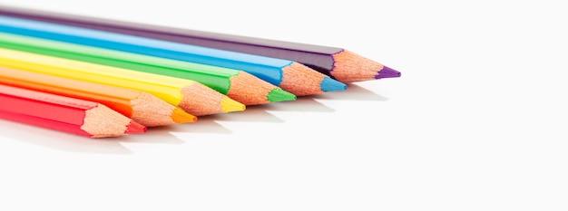 Kolorowe kredki na białym tle. kolorowe kredki rainbow lgbtq.