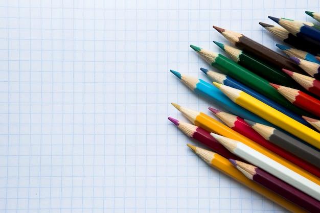 Kolorowe kredki na białym tle z copyspace