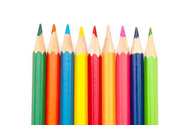 Kolorowe kredki na białym tle,