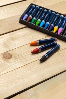 Kolorowe kredki na drewnianym stole