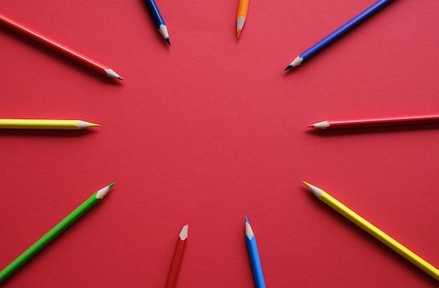 Kolorowe kredki na stole. pojęcie kreatywności.