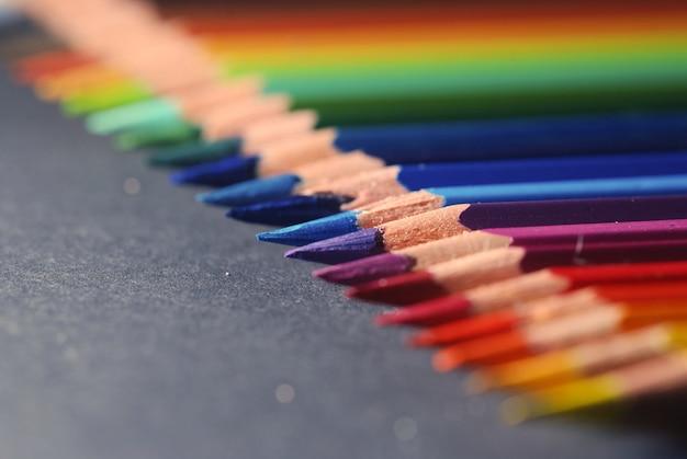 Kolorowe kredki na stole