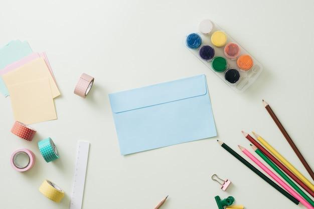 Kolorowe kredki, ołówek, spinacze do papieru i notatnik, przybory szkolne, powrót do szkoły, przybory szkolne i biurowe