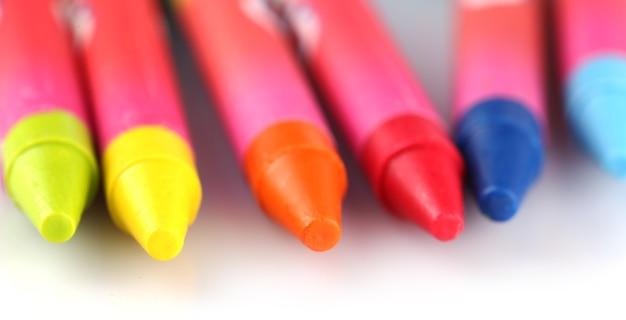Kolorowe kredki pastelowe na białym tle