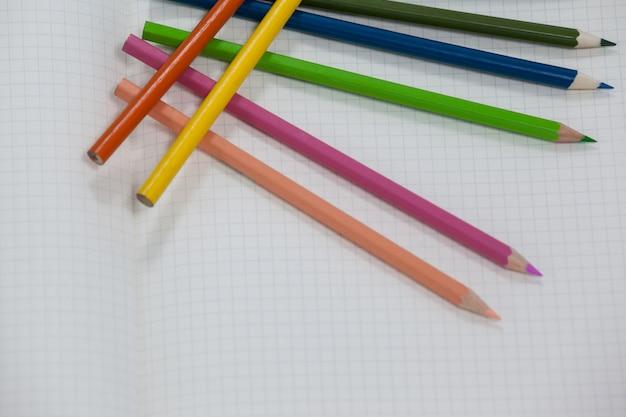 Kolorowe kredki przechowywane w książce