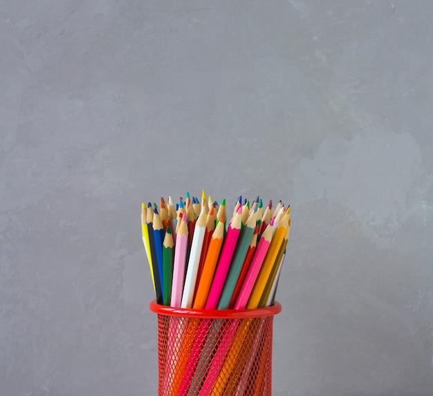 Kolorowe kredki szare