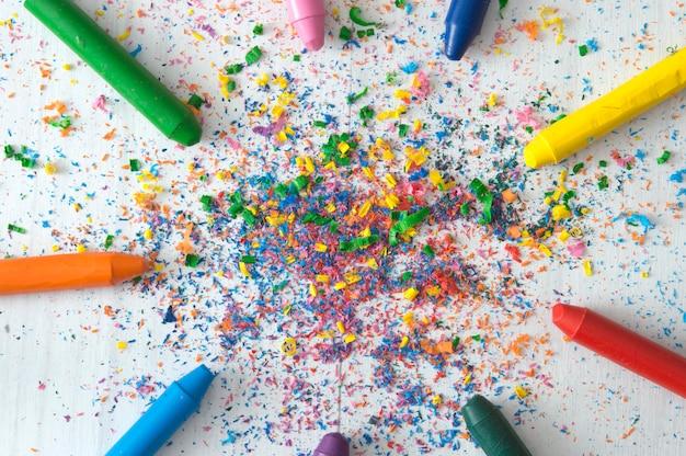 Kolorowe kredki tworzące kółko z kolorowym proszkiem na środku