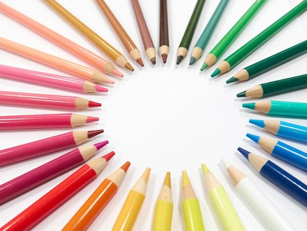 Kolorowe kredki tworzące okrąg