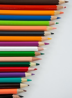 Kolorowe kredki ułożone ukośnie