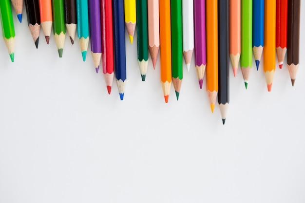 Kolorowe kredki ułożone w falisty wzór
