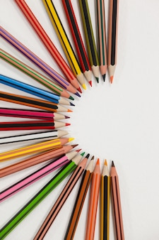 Kolorowe kredki ułożone w półkole