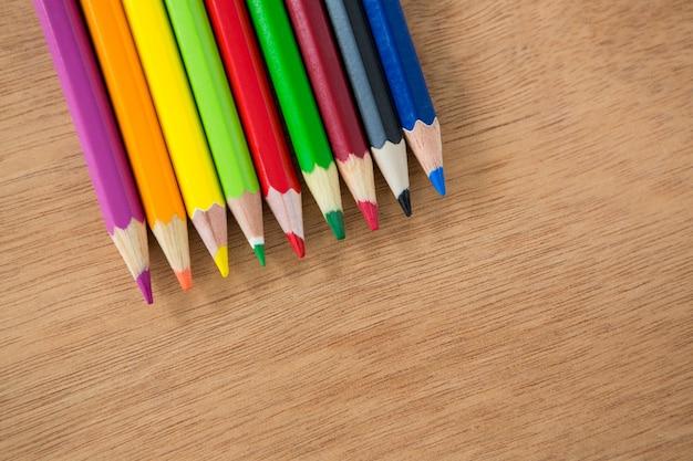 Kolorowe kredki ułożone w rzędzie
