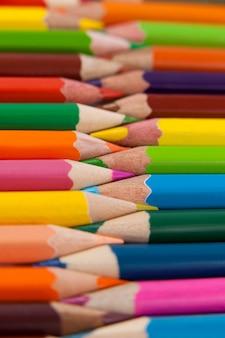 Kolorowe kredki ułożone w spleciony wzór