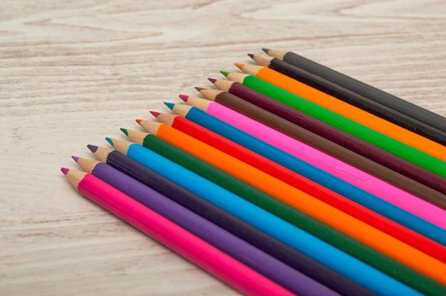 Kolorowe kredki umieszczone po przekątnej