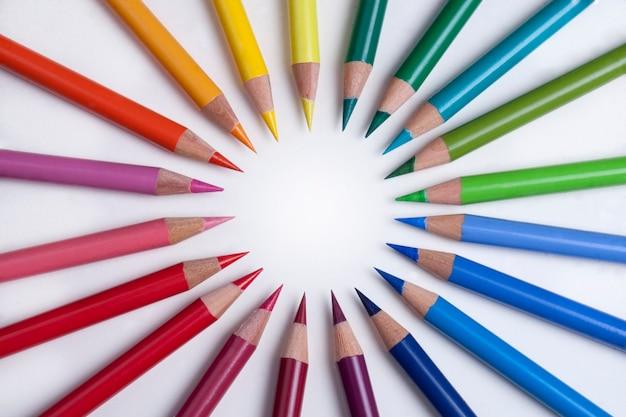 Kolorowe kredki w kole