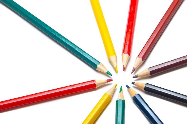 Kolorowe kredki w kółko. materiały biurowe. rysunek dla dzieci.