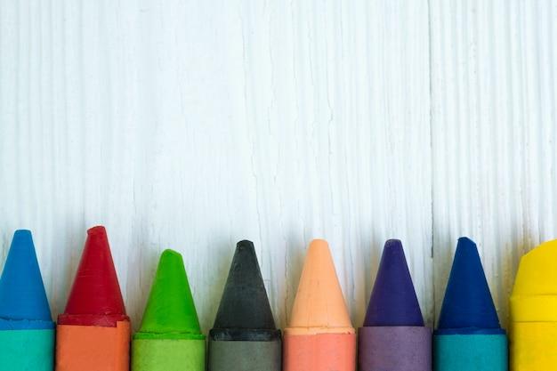 Kolorowe kredki wosk ołówki na biały stół z drewna