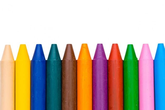 Kolorowe kredki woskowe na białym tle